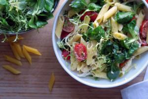 Penne Rigate geht mit Tomaten, Schafskäse, Pesto und Salatblättern sowohl als Salat oder als Hauptericht durch.