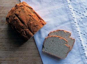 Gold-braun, knuspriger Rand und fluffiges Innenleben - das Quinoa-Sauerteigbrot