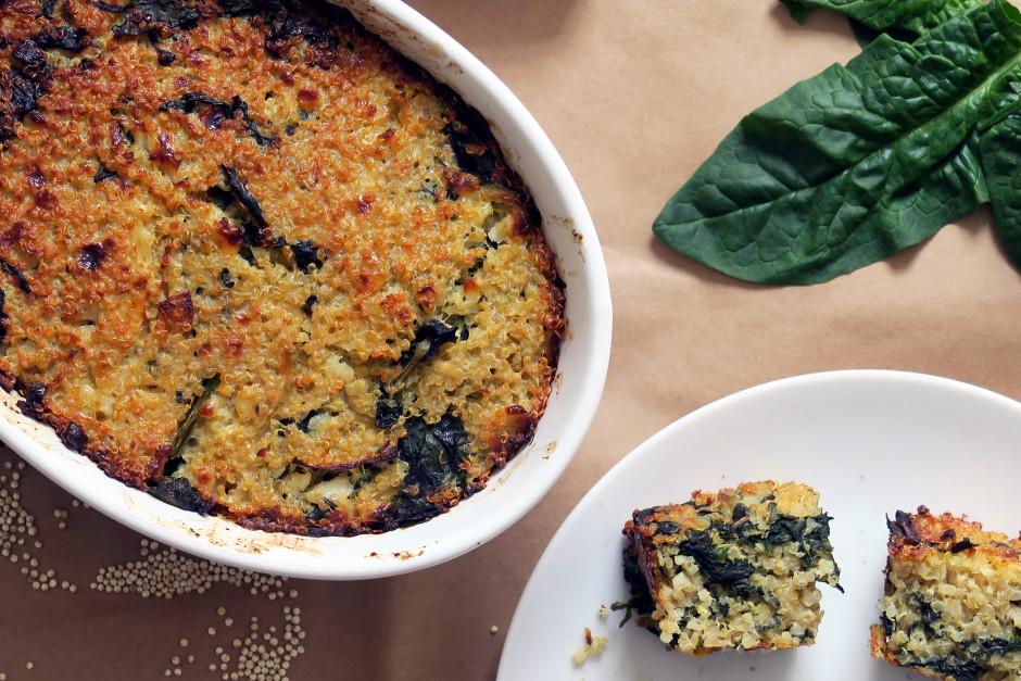 Quinoa-Auflauf mit Spinat schmeckt warm wie auch kalt.