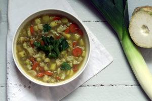 Zur kalten Jahreszeit ist eine Suppe mein Abendessen der Wahl. Diese glutenfreie und vegane Linsensuppe habe ich nach altem Familienrezept zubereitet. Kocht ruhig etwas mehr... einen Tag später schmeckt sie noch würziger.