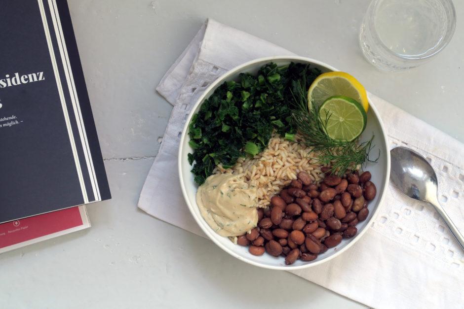 Reis-Bowl mit Grünkohl, Bohnen und Limetten-Dill-Tahini