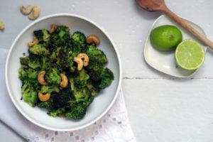 Grün, grün, grün... kann es von mir aus auch ganz bald wieder draußen an den Bäumen werden. Bis dahin futter ich mich durch den Winter. Heute mit einer würzigen, gesunden, glutenfreien und veganen Brokkoli-Cashew-Pfanne. Yummy!