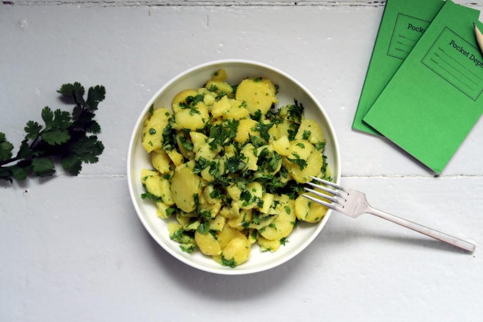 Kartoffelsalat mit Petersilie und Koriander