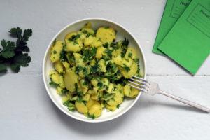Hmmm...vegan, glutenfrei, gesund, der Kartoffelsalat mit Petersilie und Koriander ist schnell zubereitet und dürfte solo genauso gut eine Figur machen, wie in Begleitung zu einem Grillabend. Die Saison dürfte der ein oder andere sicher schon eingeläutet haben. Hehe.