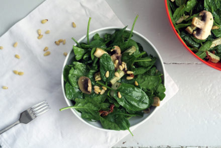 Der Spinatsalat mit Tofustreifen ist vegan und glutenfrei.