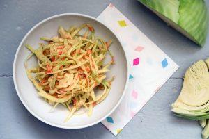 Und hier haben wir ihn, den saftigsten und fettigsten Salat den ich je zubereitet habe - ein amerikanischer Krautsalat namens Coleslaw hat sich in meiner Küche breit gemacht. Glutenfrei, ja - vegan, leider nein.