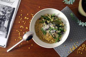 Glutenfrei und vegan - dieses Linsen-Dal mit Gemüse liefert euch wichtige Proteine.