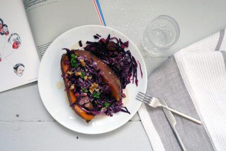 Die Rotkohl-Maronen-Pfanne auf Süßkartoffel ist vegan und glutenfrei
