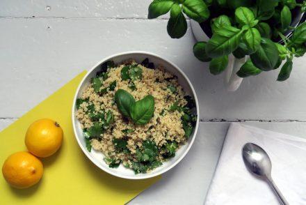 veganer und glutenfreier Quinoa-Kräuter-Salat