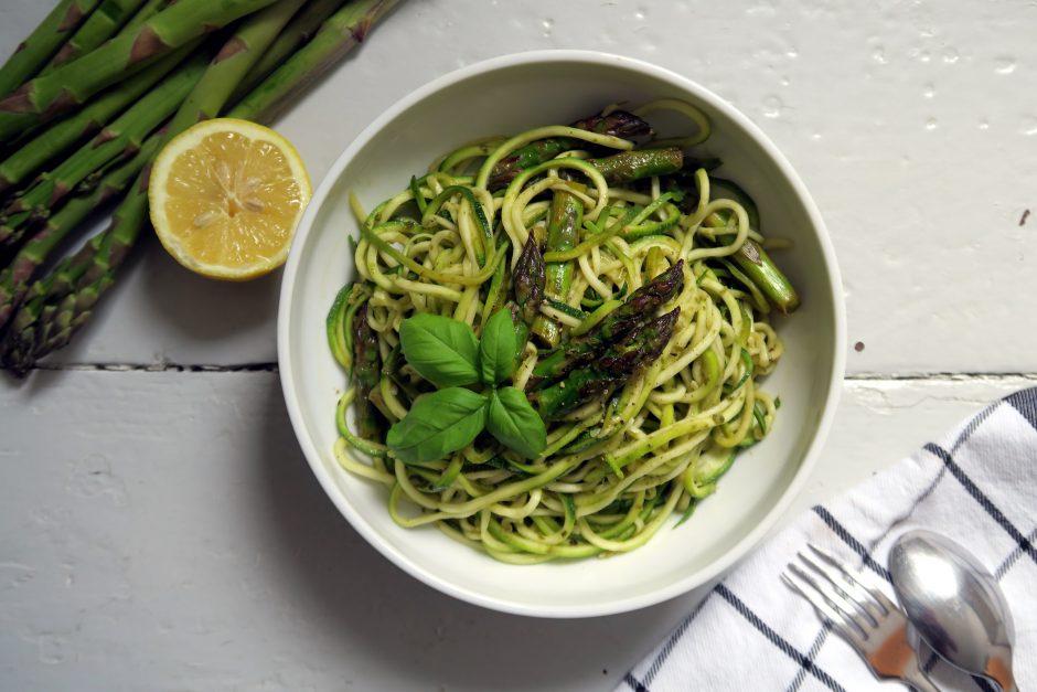 gesund und lecker sind diese glutenfreien und veganen Zoodles mit grünem Spargel