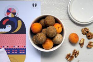 glutenfreie und vegane Aprikose-Walnuss-Bällchen