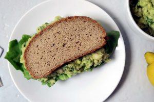 Das leckere, glutenfreie und vegane Avoacdo-Bohnen-Mus ist im Handumdrehen zubereitet. Ideal für einen schnellen und gesunden Hunger.